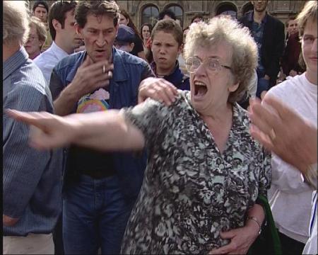 【シュリンゲンジーフを面罵し、「移民は受け入れろ、ドイツ人は出て行け」と叫ぶ女性。クレジット:AUSLÄNDER RAUS von Paul Poet_Copyright Filmgalerie 451】