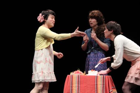 写真は「普通の四角ズ」公演から。提供=北九州芸術劇場 禁無断転載