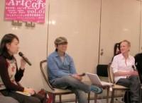 写真は、マンスリー・アートカフェで話し合う岡田利規さん(中央)とスラフマイルダーさん(右)。左は司会の相馬千秋さん(急な坂スタジオ ディレクター)