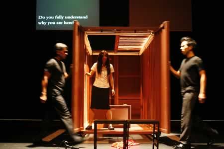 「モバイル」公演の舞台