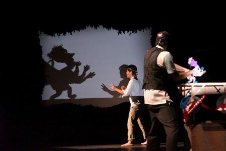 【写真は「石・棒・折れた骨-Mr.バンクの魔法のガラクタ-」公演より 撮影=久高友昭 提供=2014国際児童・青少年演劇フェスティバルおきなわ 禁無断転載】