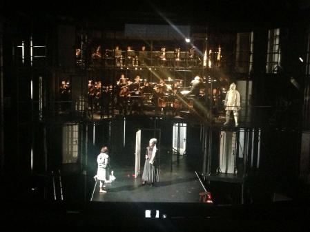 【「ニュンベルグのマイスタージンガー」の稽古風景。オーケストラが舞台上にいるのは珍しい。撮影=筆者 禁無断転載】