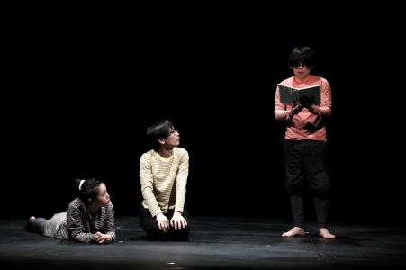 写真は「スキューバ」公演から。提供=北九州芸術劇場 禁無断転載