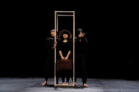 写真は「解きをかける少女」公演から。提供=北九州芸術劇場 禁無断転載