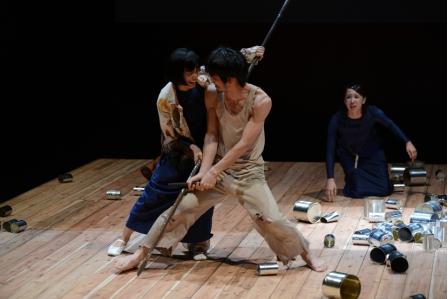 【写真は、「戦争戯曲集・三部作」公演から第二部『缶詰族』。撮影=宮内勝 禁無断転載】