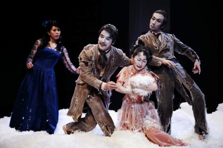 【「ヘッダ・ガブラー」公演より。左からヘッダ、テスマン、エルヴステード夫人、ブラック(平松俊之撮影。提供=山の手事情社。禁無断転載】