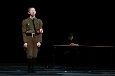 【「ガネーシャ VS. 第三帝国」公演より。左より、サイモン、マーク。(C)Jun Ishikawa、提供=フェスティバル/トーキョー】