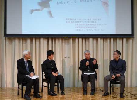 【写真は(右から)野田秀樹さん、堀尾幸男さん、最優秀賞の石本秀一さん。左端は司会の扇田昭彦さん(演劇評論家) 撮影=ワンダーランド 禁無断転載】