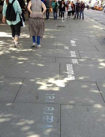 イプセンの詩や戯曲のテキストが書かれているストリート
