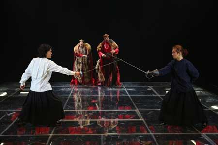 「ハムレット」公演の舞台写真1