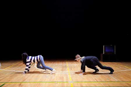 「レッドと黒の膨張する半球体」公演の写真